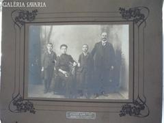 Családi kép a multszázad elejéről régi fotón