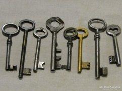 0A565 Régi különleges kapukulcs 8 db