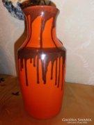 Piros kerámia váza fekete csíkokkal