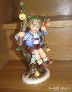Nagyméretű Hummel figura, Kisfiú almafán