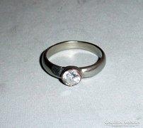 Egyedi, mattított és vésett ezüst gyűrű csiszolt kővel