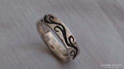 Ezüst gyűrű egyszerű nonfiguratív mintával