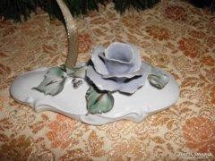 Porcelán gyertyatartó kék rózsával.