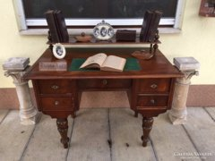 Antik bútor, Ónémet felépítményes íróasztal.