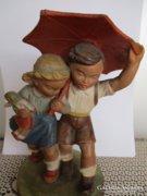 Gondos kerámia szobor, gyerekek esernyővel