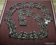 Gránát nyakék aranyozott ezüst foglalatban