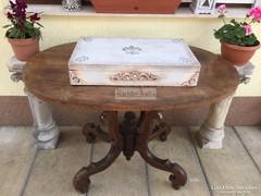 Provence bútor, antikolt fehér utazóláda, bőrönd 18.