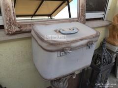 Provence bútor, antikolt női bőrönd, kézi táska.