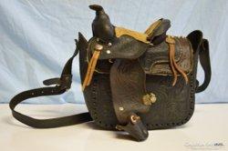 Régi kézzel készített  fa - bőr megmunkálású lovas válltáska