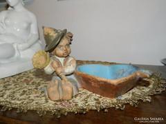 Gondos kerámia - szív alakú hamuzó kisfiúval