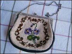 Gobelin pénztárca (kis táska) ezüst kerettel és lánccal.