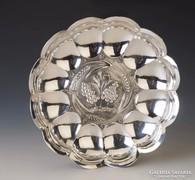 Ezüst kínálótál szőlő díszítéssel