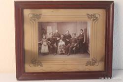 Antik családi fotó keretben szecessziós paszpartuval