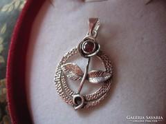 Virág alakú, gránát köves ezüst medál