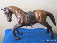 Hatalmas térdepelni kezdő bőr ló