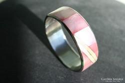 Rózsaszín gyöngykagyló berakásos karkötő, karperec