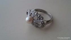 Gyönyörű ezüst gyűrű markazitokkal és édesvízi gyönggyel