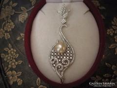 Kecses ezüst igazgyöngy medál topázokkal