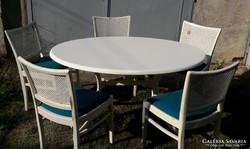 5 db fehér kápítozott fa szék erős műanyag fedeles asztallal