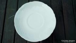 Fehér dombormintás tányérkák