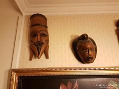 Két faragott maszk
