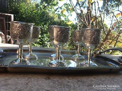 Ezüstszínű kehely-talpas pálinkás pohár szőlő díszes