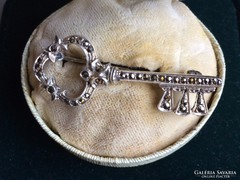 Különleges régi ezüst markazitos kulcs alakú bross