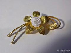 Arany színű virágos bross