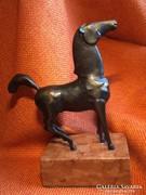 Márvány alapon bronz ló csikó