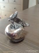 Ezüst lemezzel bevont alma szobor
