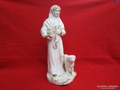 Antik nagyobb fajansz rőzsehordó nő kutyával szobor