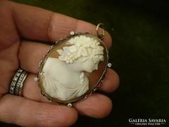 Kámeás-brilles arany medál