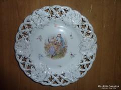 Csipkés szélű porcelántányér barokk párral, jelzés nélkül
