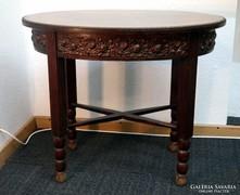 Ovális asztal körbefutó virágmintával