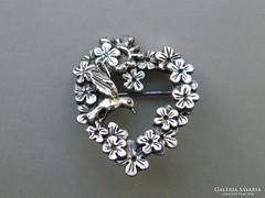 Ap 415 - Ezüstözött szignózott virágkoszorú madárka bross