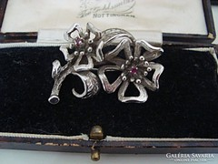Rubin köves ezüst kitűző