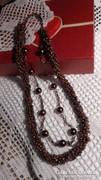Többsoros aranyozott barna színű nyaklánc .