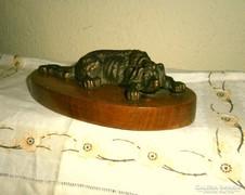 Antik bronz kutyafigura fa alj