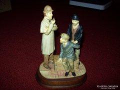 Sherlock Holmes jelenetet ábrázoló szobor