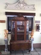 Antik bútor, faragott vitrin.
