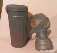 Régi háborús gázálarc dobozával együtt