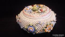 Jelzett fonott porcelán bonbonier dísztárgy
