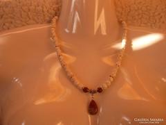 Magnezit ásványból nyaklánc vörös Jáspis medállal