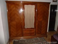 Neobarokk ruhás szekrény
