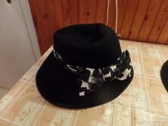 Fekete kalap-fekete-fehér mintás szalaggal