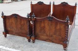 Gyönyörű antik faragott ágyak párban!