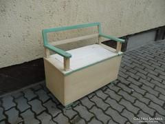 Eladó egy antik  pad / karfás láda jó állapotban