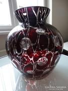Vörös, csorgatott überfangos öblös váza hántolt pöttyökkel