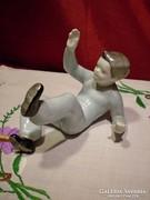 Nagyon ritka Hollóházi figura: hanyatt eső fiú