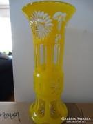 Sárga opálüveg, kétrétegű, hántolt, metszett üvegváza